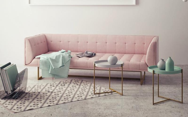 divano rosa con coperta verde acqua