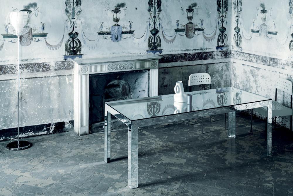 tavolo di cristallo in soggiorno di lusso